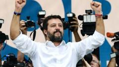 Mit der Geste des Triumphators: Italiens Lega-Chef Matteo Salvini (Bild: APA/AFP/Miguel MEDINA)