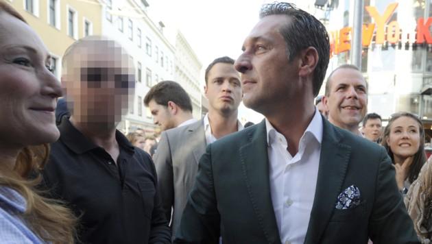 Strache und sein Leibwächter (links) (Bild: APA/Herbert Neubauer)