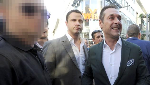 Heinz-Christian Strache und sein ehemaliger Sicherheitsmann (links) sowie Johann Gudenus im Rahmen einer Wahlkampfveranstaltung in Wien am 22. Mai 2014