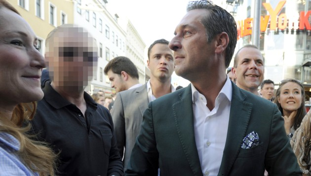 Strache mit seinem damaligen Bodyguard bei einer Wahlkampfveranstaltung in Wien (Archivbild 2014) (Bild: APA/Herbert Pfarrhofer)