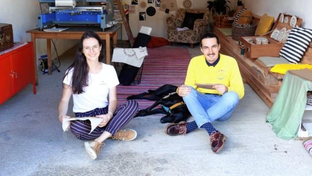 Landkinder Isabella Fraiß (34) und Gernot Hörtner (27) denken gar nicht daran, ihre Heimat für die Stadt zu verlassen: Produziert wird am elterlichen Bauernhof - unter Mithilfe der Familie - in Mitterfladnitz. (Bild: Christian Jauschowetz)