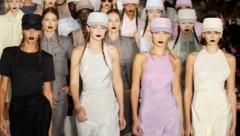 Joan Smalls, Gigi Hadid, Bella Hadid und Kaia Gerber bei der Fashion Show von Max Mara in Mailand (Bild: AP)
