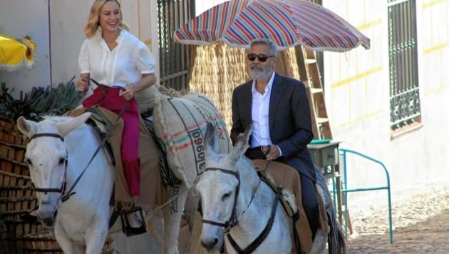 George Clooney ritt gemeinsam mit Brie Larson auf Eseln durch den spanischen Ort Navalcarnero. (Bild: EPA)