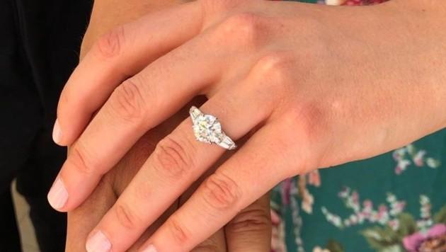 Prinzessin Beatrice zeigt ihren Verlobungsring. (Bild: www.twitter.com)