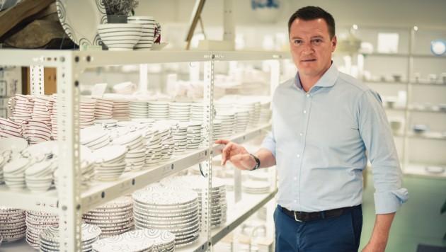 Markus Friesacher platziert Geschirrmarke prominent.