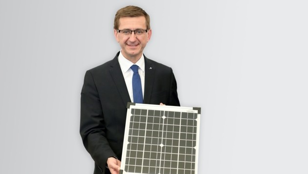 Landesrat Markus Achleitner mit Solarmodul.