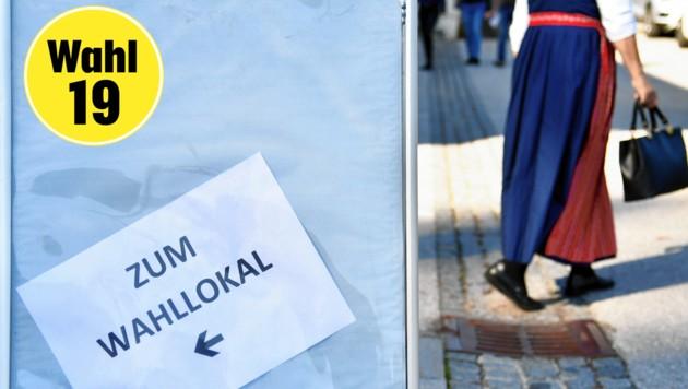 Eine Frau in Tracht nach der Stimmabgabe im Rahmen der Nationalratswahl in Plainfeld. (Bild: BARBARA GINDL / APA / picturedesk.com)