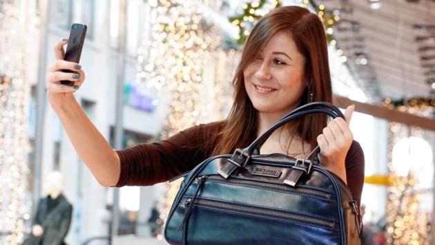Die Handtasche samt Handy wurde einer Festbesucherin in Zell am See gestohlen (Symbolbild).