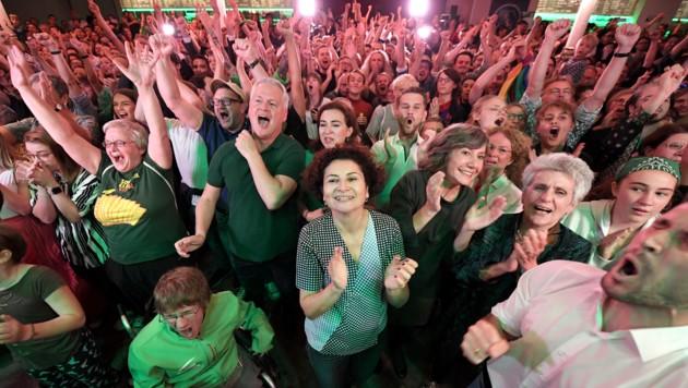 Jubel nach der ersten Hochrechnung bei den Grünen (Bild: APA/ROLAND SCHLAGER)