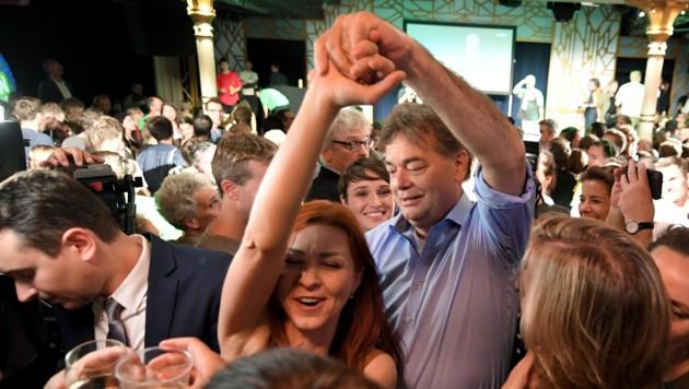 """Spitzenkandidat Werner Kogler wagte im """"Metropol"""" ein Tänzchen. (Bild: APA/ROLAND SCHLAGER)"""