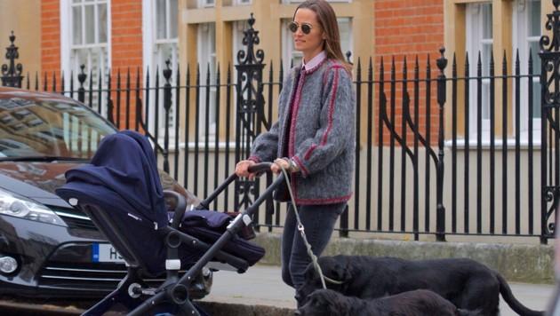Pippa Middleton bei einem Spaziergang mit Baby Arthur (Bild: www.PPS.at)