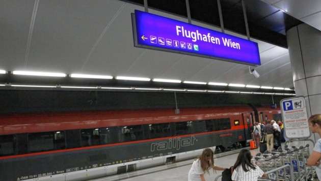 Viele Reisende benützen für die Fahrt vom Flughafen Wien in die Stadt die Bahn (Symbolbild). (Bild: Jöchl Martin)