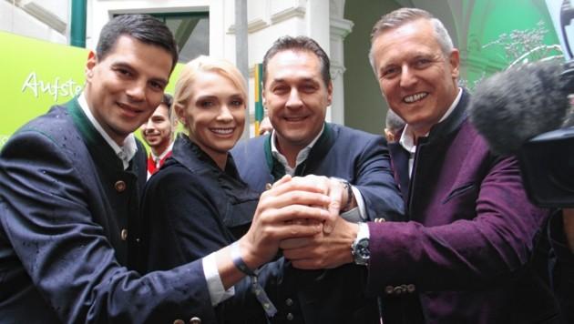 Da war die freiheitliche Welt noch in Ordnung: Hannes Amesbauer und Mario Kunasek mit dem Ehepaar Strache. (Bild: Christian Jauschowetz)