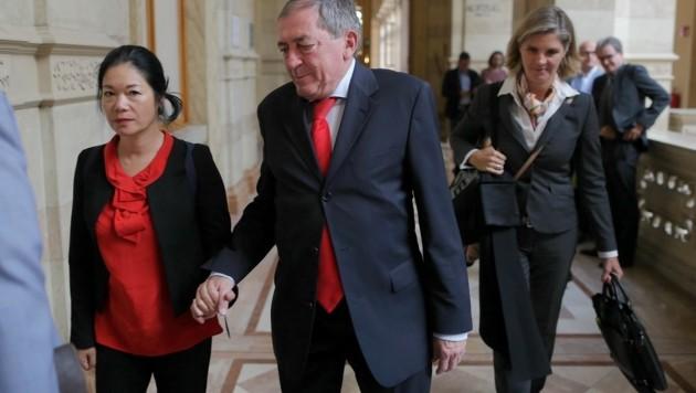 Ex-Stadtchef Heinz Schaden Hand in Hand mit Ehefrau Jianzhen, daneben Verteidigerin Knötzl (Bild: Bartel Gerhard)