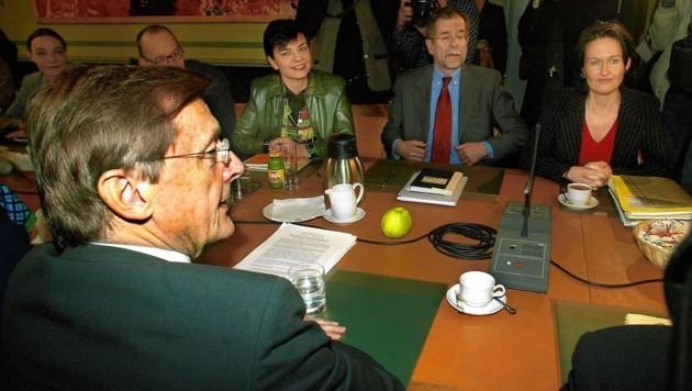 Der damalige ÖVP-Chef Wolfgang Schüssel und Grünen-Bundessprecher Alexander Van der Bellen mit Madeleine Petrovic (li.) und Eva Glawischnig (re.) 2003 bei Koalitionsverhandlungen (Bild: HERBERT PFARRHOFER/APA/picturedesk.com)