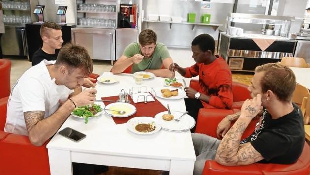 Im Gemeinschaftsraum essen die Hartberger Kicker miteinander. (Bild: Sepp Pail)