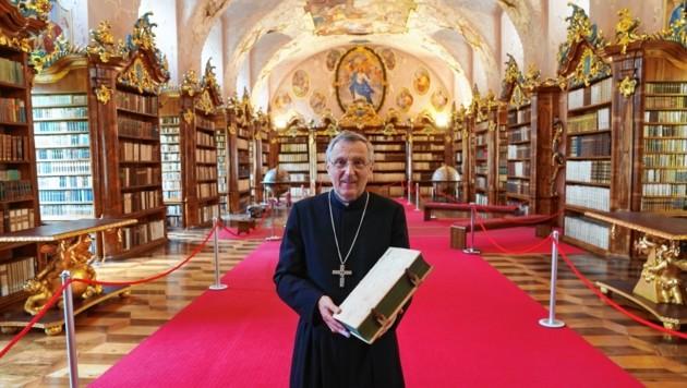 Gerhard Rechberger zeigt die neu renovierte Bibliothek. (Bild: Sepp Pail)
