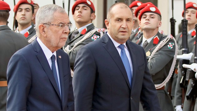 Bundespräsident Alexander Van der Bellen empfing seinen bulgarischen Amtskollegen Rumen Radew mit militärischen Ehren. (Bild: AP)