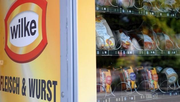 Fleischprodukte in einem Automaten des betroffenen deutschen Produzenten (Bild: EPA)