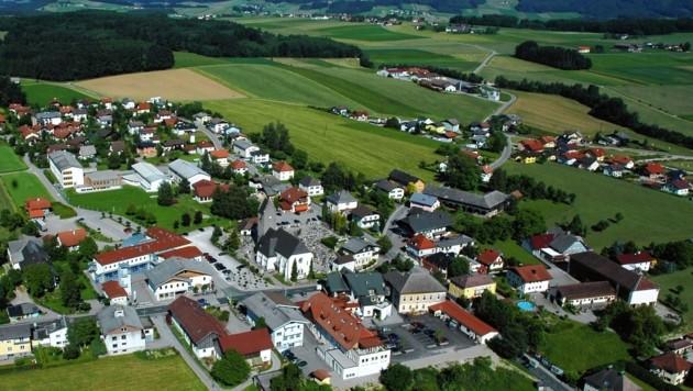 Bei einer Frontalkollision auf der Lamprechtshausener Bundesstraße wurden ein Italiener und eine Salzburgerin verletzt. (Bild: Gemeinde Lamprechtshausen)