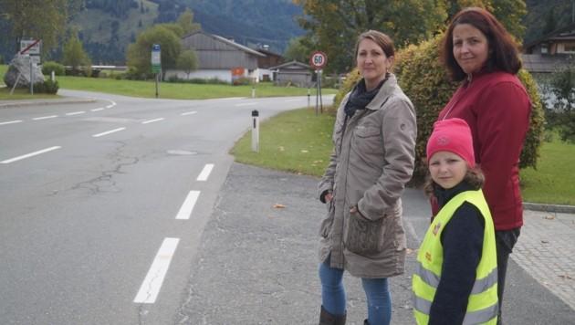 Michaela Kranz (links) mit Monika Wimmer und deren Tochter Nicole vor der unübersichtlichen Kurve. (Bild: Thurner Samuel)