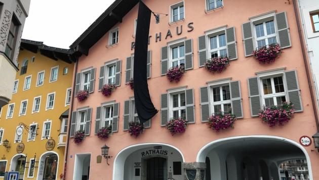 Schwarze Flagge am Rathaus in Kitzbühel (Bild: Felix Obermoser)