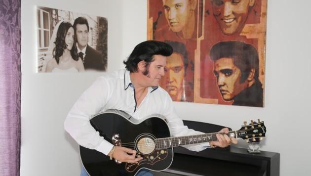 """Sein Lieblingssong: """"In the ghetto"""". Rusty mit einer Elvis-Gibson daheim. (Bild: Konrad Lagger)"""
