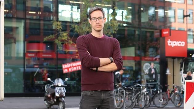 Kay-Michael Dankl von der KPÖ PLUS ärgert sich über das neue Wettbüro (Bild: KPÖ PLUS Salzburg)