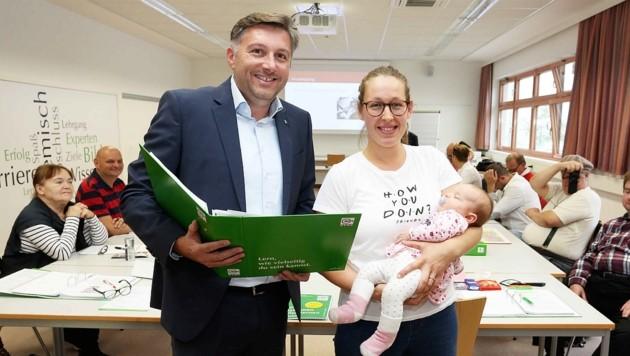 Institutsleiter Schermann mit der jungen Mutter und Greta. (Bild: Reinhard Judt)