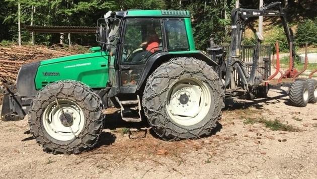 Der Original-Traktor der Marke Valtra 6200, grün, Baujahrj 2007, Kennzeichen: GM-…..). Zur Tatzeit waren die Schneeketten nicht montiert und anstatt des Anhängers (Rückewagen) war eine 12 Tonnen Seilwinde angekoppelt (Bild: Polizei OÖ)