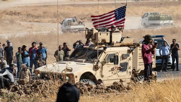 US-Militärs umringt von syrischen Kurden (Bild: AFP)