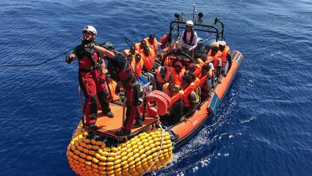 Die Suche nach EU-Staaten, die an einem Verteilungsmechanismus für Bootsflüchtlinge teilnehmen wollen, droht zu scheitern. (Bild: APA/AFP/Anne CHAON)