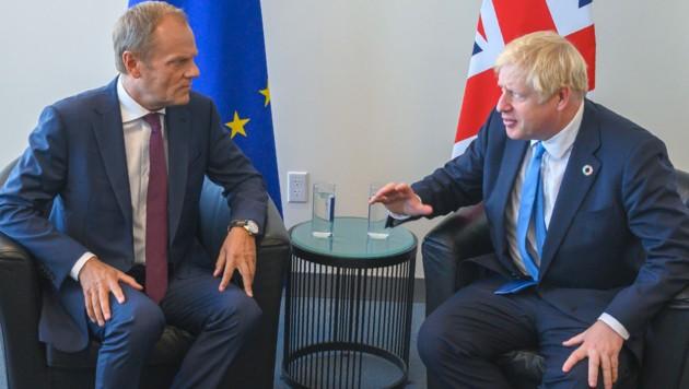 Donald Tusk und Boris Johnson (Bild: AP)