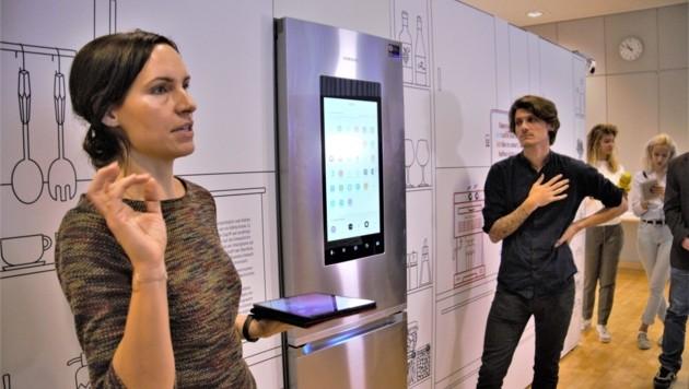 Sabine Stadler von der Arbeiterkammer Salzburg erklärt einen Kühlschrank, der automatisch einkauft. (Bild: Christoph Laible)