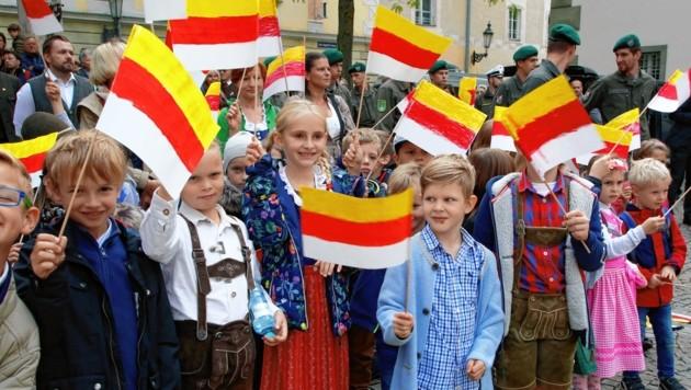 Kinder bei der Gedenkfeier im Klagenfurter Landhaushof. (Bild: Uta Rojsek-Wiedergut)