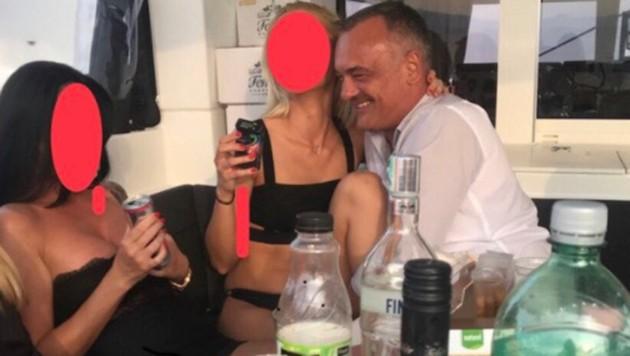 Diese Aufnahme, die Zsolt Borkai mit Prostituierten zeigt, soll im Frühjahr 2018 auf einer Jacht in der Adria entstanden sein. (Bild: twitter.com)
