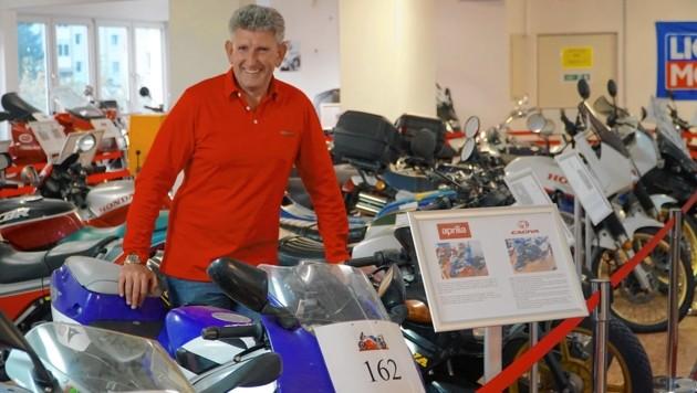 Unternehmer Gerald Taferner mit seinen Motorrädern. (Bild: Wallner Hannes)