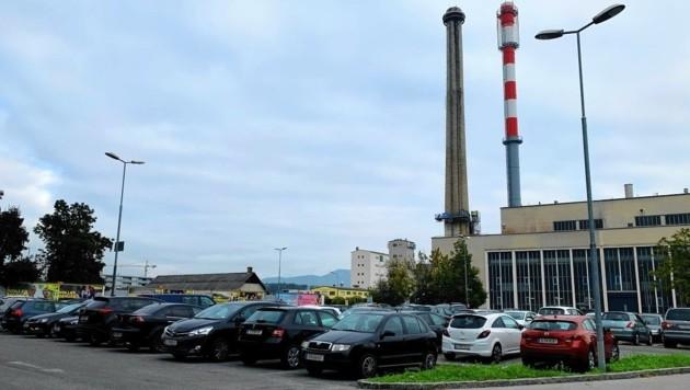 Der Parkplatz beim Fernheizwerk verschwindet, dafür kauft die Stadt Grund bei der Autobahn. (Bild: Kerstin Wassermann)