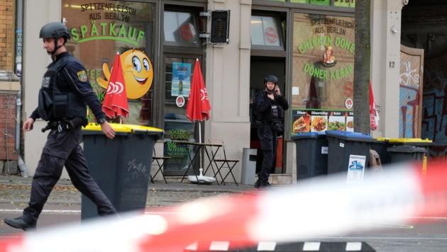 Hohe Polizeipräsenz in Halle - auch vor und in diesem Kebab-Lokal sind Schüsse gefallen. (Bild: APA/Sebastian Willnow)