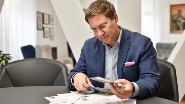 Andreas Rabl, erster FPÖ-Bürgermeister in Wels, ist über die jüngste Postkartenflut mit Morddrohungen entsetzt. (Bild: Wenzel Markus)