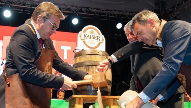 LH Günther Platter – assistiert von Innsbrucks Bürgermeister Georg Willi – eröffnete mit dem Bieranstich die Herbstmesse. (Bild: Christian Forcher)
