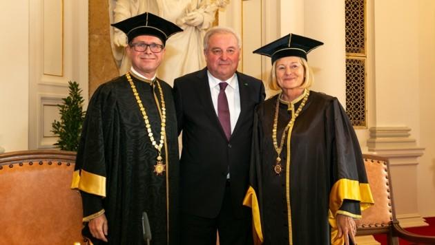 Landeshauptmann Hermann Schützenhöfer mit dem neuen Rektor Martin Polaschek und der scheidenden Rektorin Christa Neuper in der Aula der Universität Graz. (Bild: Frankl)