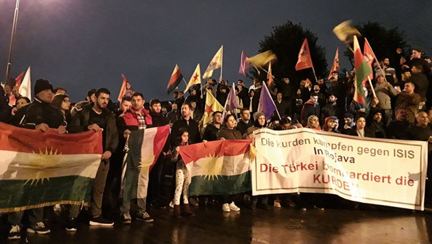 Kurden in Wien bei einer Kundgebung nach dem türkischen Einmarsch in Syrien. (Bild: twitter.com/WienTV)