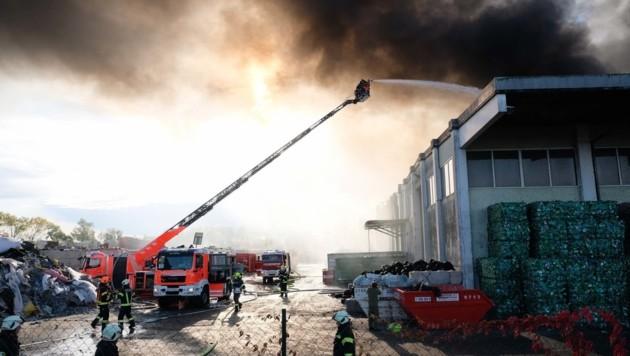 Die Feuerwehren kämpften gegen riesige Rauchsäulen. (Bild: Horst Einöder)