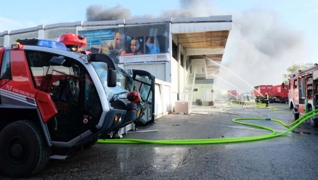 18 Feuerwehren sind nach der Explosion in Hörsching im Einsatz. (Bild: Horst Einöder)