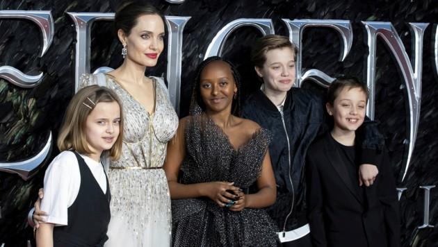 Angelina Jolie brachte ihre Kinder Vivienne, Zahara, Shiloh und Knox (von links) mit auf den roten Teppich in London. (Bild: Invision)