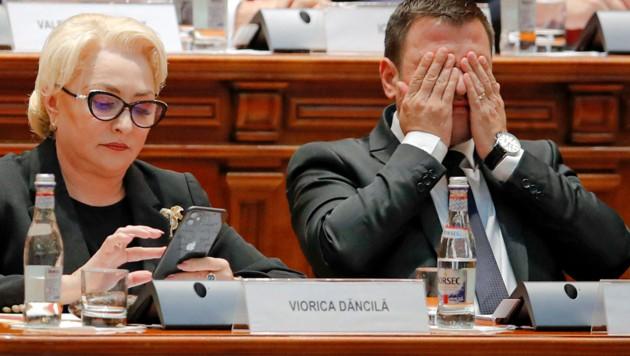Premierministerin Dancila und ihr ebenfalls abgewählter Stellvertreter Daniel Suciu (Bild: ASSOCIATED PRESS)