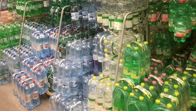 Soweit das Auge reicht: Getränke in Plastikflaschen (Bild: Wilhelm Eder)