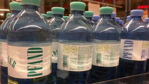 Mehrweg-Plastikflaschen muss man in den Regalen mit der Lupe suchen. (Bild: Wilhelm Eder)