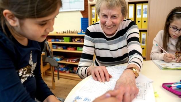 Elisabeth Mycinski hilft Kindern im Hort. (Bild: Peter Rinnerthaler)